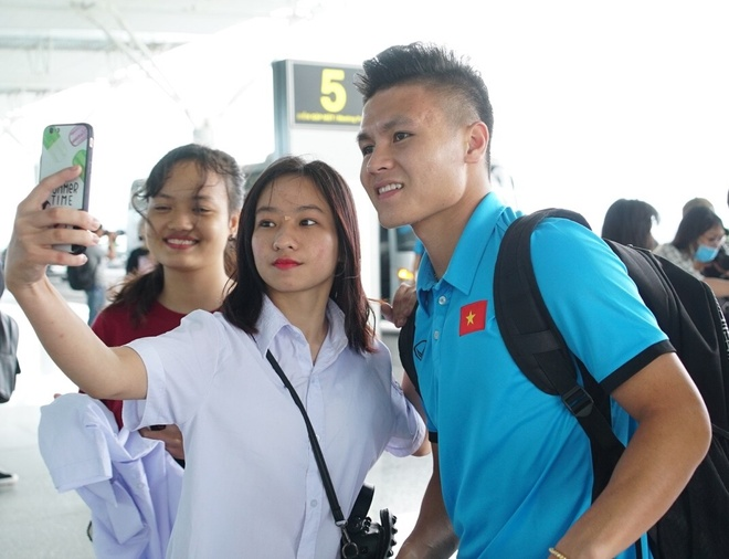 Quang Hai, Cong Phuong duoc fan san don truoc gio di Myanmar hinh anh