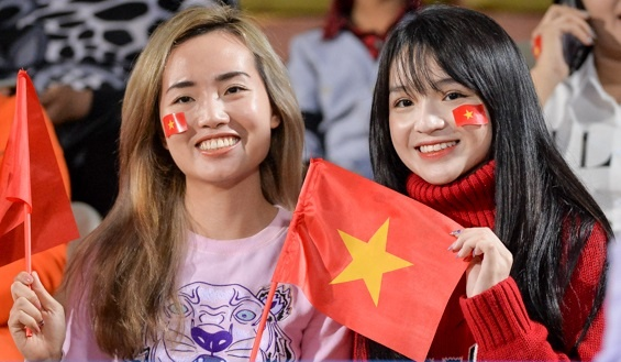 Fan nu tiep lua cho thay tro HLV Park dau Campuchia hinh anh