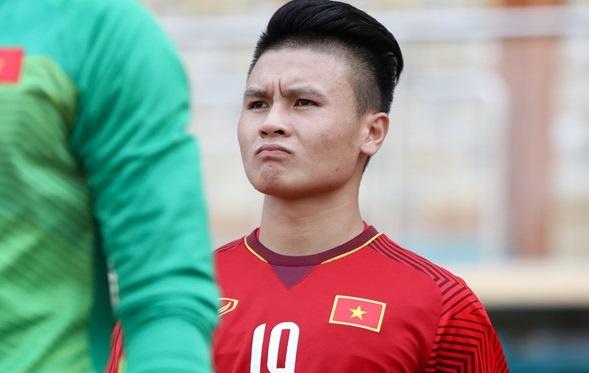 Quang Hai duoc vinh danh sau man trinh dien xuat sac truoc Campuchia hinh anh