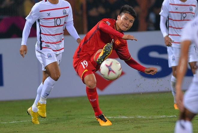 Quang Hai duoc vinh danh sau man trinh dien xuat sac truoc Campuchia hinh anh 1