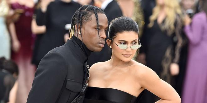 Fan tranh cai khi ban trai Kylie Jenner danh bai hit 'Thank U, Next' hinh anh