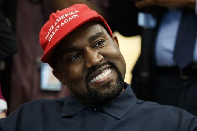 Chong Kim Kardashian bi chi trich vi dung dien thoai trong nha hat hinh anh