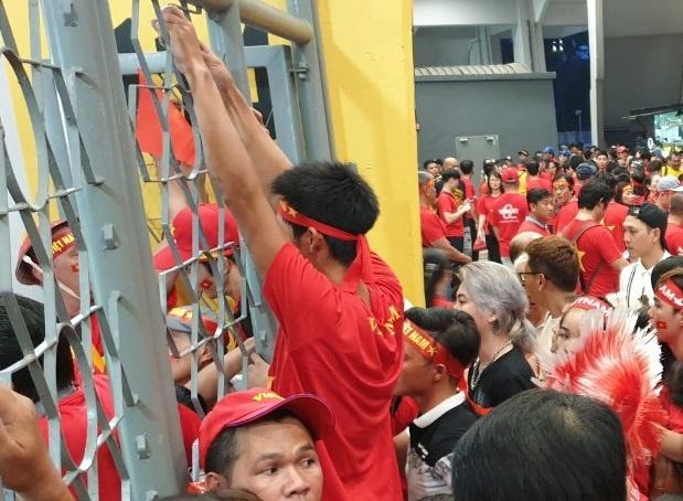 Báo Malaysia đưa tin CĐV Việt Nam phải đứng bên ngoài sân Bukit Jalil