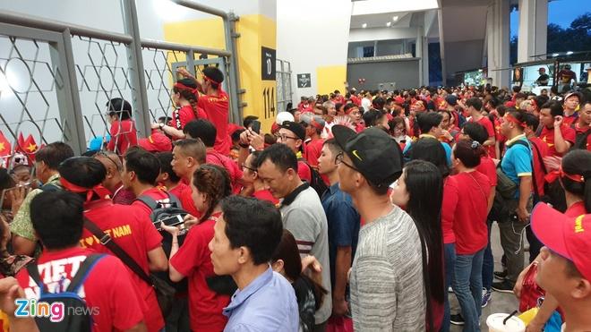Bao Malaysia dua tin CDV Viet Nam phai dung ben ngoai san Bukit Jalil hinh anh 1