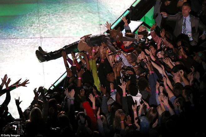 Adam Levine bi chi trich sau man coi ao o Super Bowl hinh anh 5