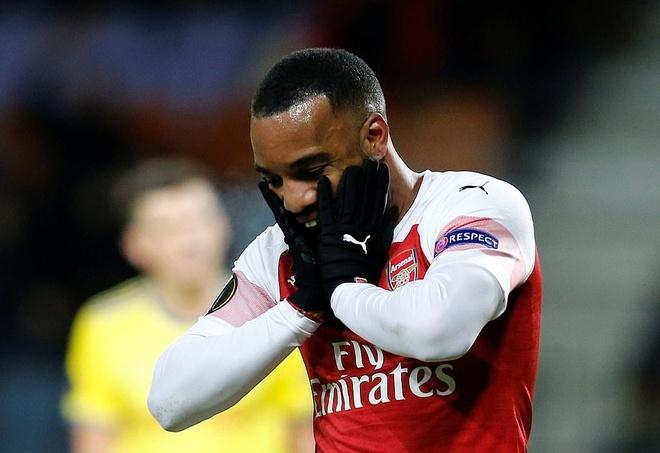Lacazette nhan the do, Arsenal thua dau tren san khach hinh anh