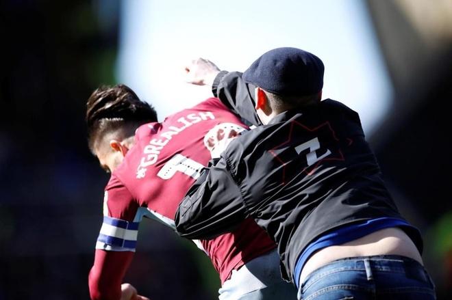 Cau thu Aston Villa bi CDV danh ngay tren san hinh anh 1