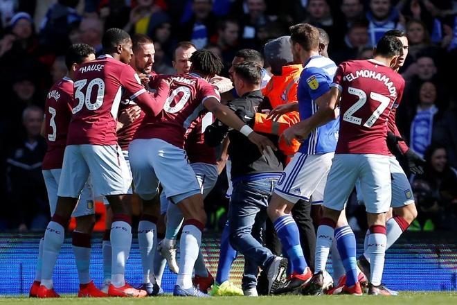 LDBD Anh se xu ly nghiem CDV danh cau thu Aston Villa hinh anh 2
