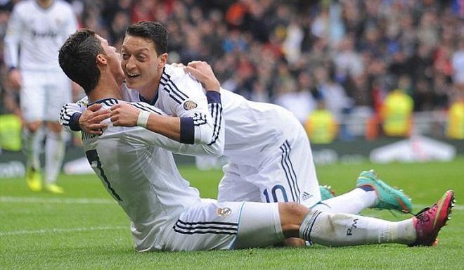 Oezil than phuc cach Ronaldo lap hat-trick giup Juve di tiep hinh anh 1