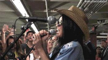 Miley Cyrus cai trang nguoi thuong, hat o ga tau khien fan nao loan hinh anh