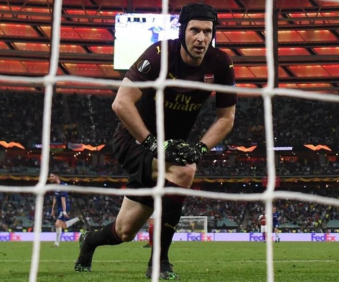 Arsenal thua tham, Petr Cech giai nghe trong con ac mong hinh anh 1