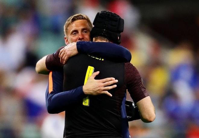 Arsenal thua tham, Petr Cech giai nghe trong con ac mong hinh anh 2