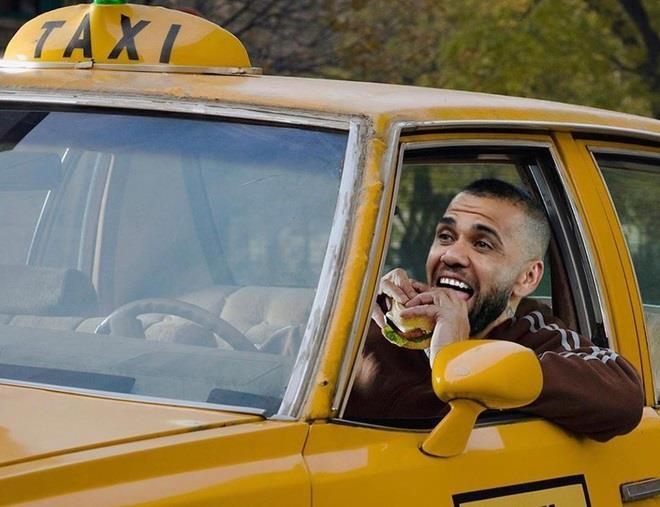 Biem hoa sao Brazil di boc vac, lai taxi trong luc that nghiep hinh anh 2