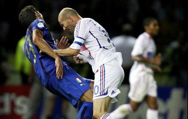 Chuyen it biet ve cu huc dau kinh dien cua Zidane nam 2006 hinh anh