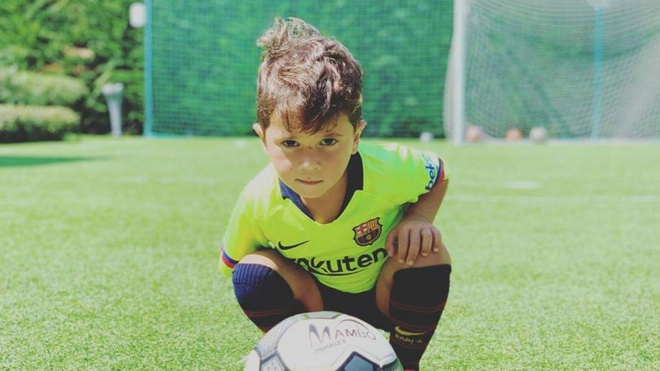 Con trai Messi ghi ban va an mung theo phong cach cua bo hinh anh