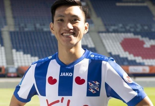 Van Hau xuat hien truoc tran Heerenveen doi dau AZ Alkmaar hinh anh