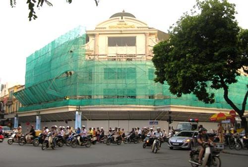 Trang Tien Plaza, bo chong Ha Tang va cuoc dua hang hieu hinh anh 2