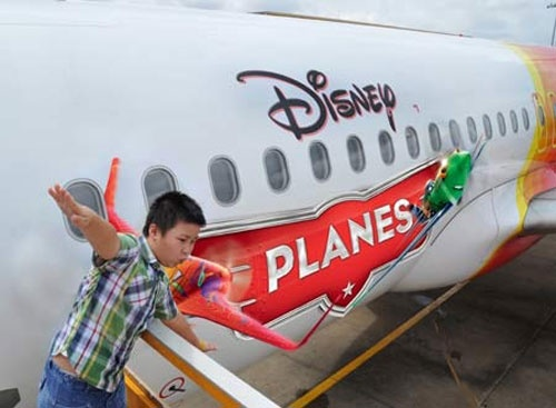 Hanh khach VietJetAir bay cung hoat hinh Disney hinh anh