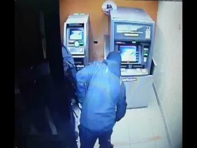 Ca cay ATM bi trom giat tung trong tich tac hinh anh