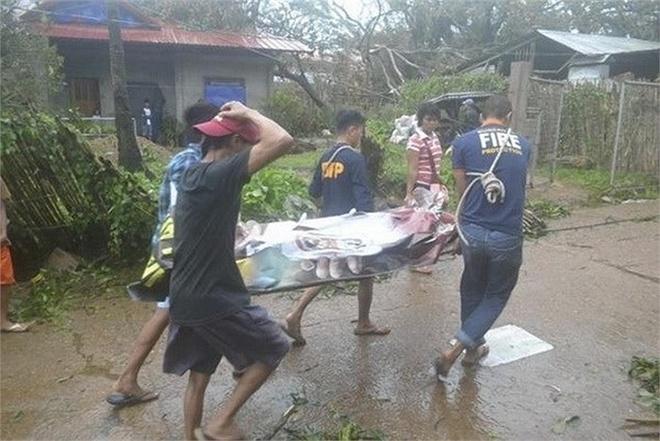 Luom xac nguoi sau sieu bao huy diet Haiyan hinh anh