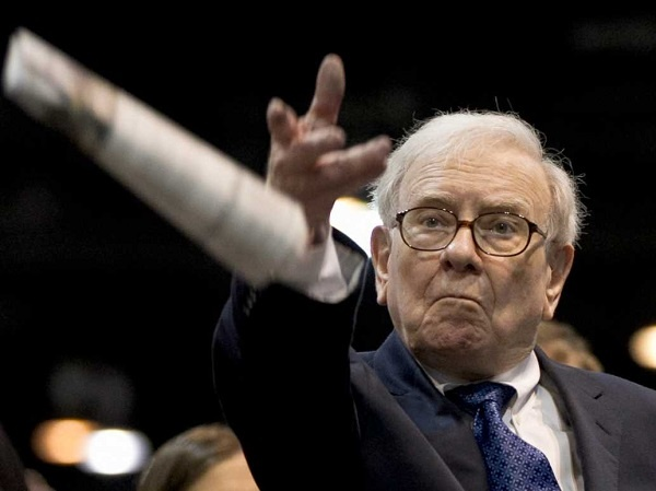Warren Buffett: Chien tranh a, hay nghi den mua co phieu hinh anh 1