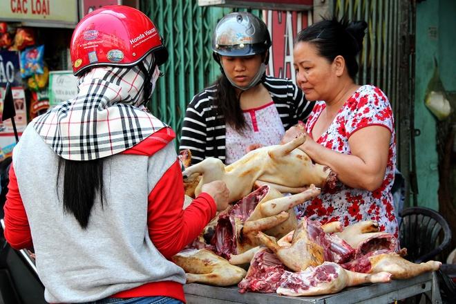 Su bien mat lang le cua cac cho thit cho o Sai Gon hinh anh 2 Thịt chó được chất đống nhưng không có dấu kiểm duyệt nào của cơ quan chức năng.