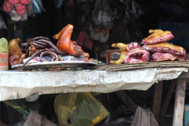 """Su bien mat lang le cua cac cho thit cho o Sai Gon hinh anh 3 Một hàng thịt chó """"siểu bẩn"""" tại khu vực chợ Xóm Mới (Gò Vấp)."""