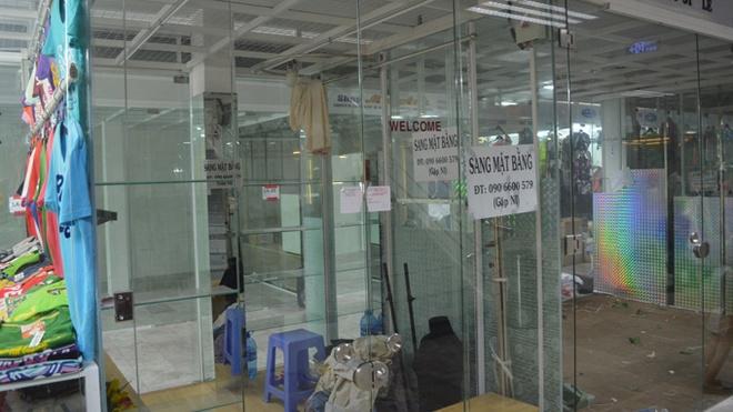 Sang mat bang gia ve chai hinh anh 2 Khoảng 2/3 số sạp hàng bên trong Lucky Plaza (Nguyễn Huệ, quận 1, TP.HCM) đóng cửa, bị niêm phong vì nợ phí hoặc treo thông báo sang gian hàng