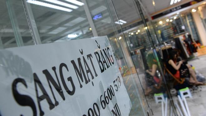 Sang mat bang gia ve chai hinh anh 1 Nhiều cửa hàng trong trung tâm thương mại Lucky trên đường Nguyễn Huệ, quận 1, TP.HCM sang lại mặt bằng hoặc bán lại gian hàng