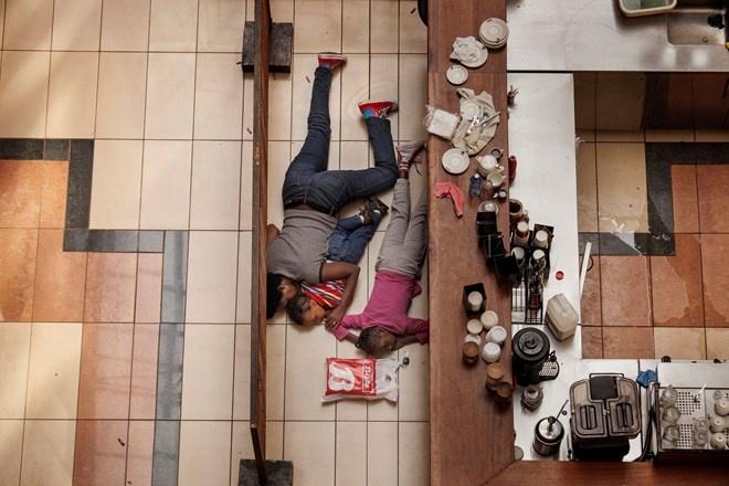 'Giai bao chi Pulitzer co tam anh huong nhat trong thap ky' hinh anh 2 Phóng viên giành giải Tin ảnh nóng là Tyler Hicks với chùm ảnh đầy thuyết phục ghi lại vụ tấn công khủng bố đẫm máu tại trung tâm mua sắm Westgate tại Kenya.
