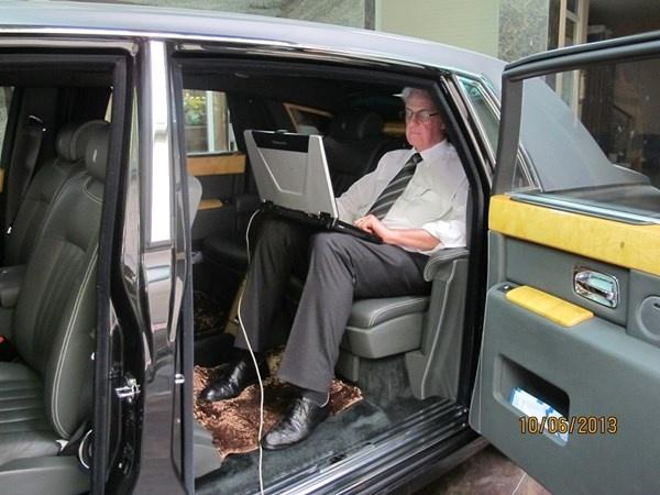 Vi sao Rolls-Royce cua ba Bach Diep la doc nhat vo nhi? hinh anh 5 Ông Geogre Rowlands - Giám đốc hậu mãi của Rolls Royce châu Á -TBD đang kiểm tra tình trạng chiếc Phantom của bà Diệp vào năm ngoái .