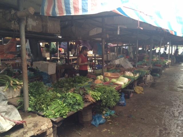 Đến gần trưa mà chợ vẫn ế hàng.
