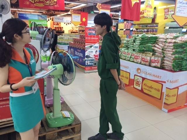 Ngoài khuyến mãi, siêu thị còn cho nhân viên mặc quần áo chú bộ đội tạo cảm giác mới mẻ cho khách tham quan và mua sắm.