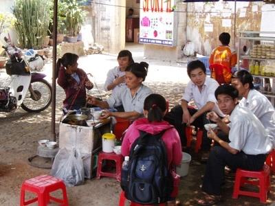 Muon ban hang rong, com bui phai 'di thi' hinh anh