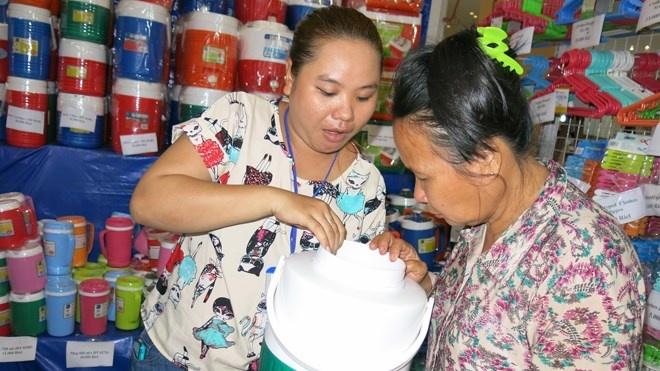 Vi sao Campuchia chuong xai hang Viet? hinh anh 1 Khách hàng Campuchia chọn mua bình, thùng giữ nhiệt của Nhựa Đồng Tâm.