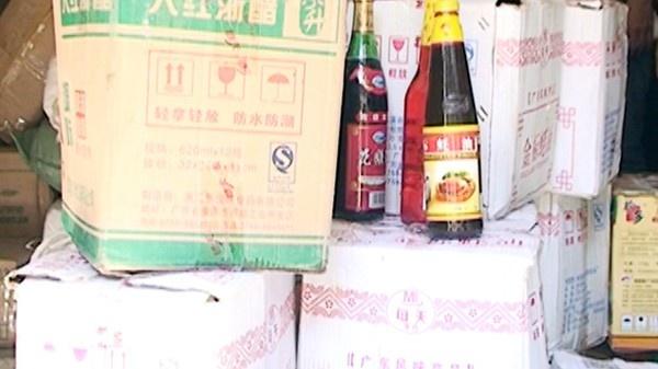 Nhung hang hoa 'ban' cua Trung Quoc tai Viet Nam hinh anh 10 Qua rà soát trong sáng 28-8, các trinh sát của đơn vị Đội CSĐT về TTQLKT&CV – CAQ Hoàn Kiếm phát hiện tại số nhà 35, ngõ 203 đường Hồng Hà, phường Phúc Tân, quận Hoàn Kiếm tập kết 40 thùng hàng, bên trong đựng nhiều loại chất phụ gia có nhãn mác in chữ Trung Quốc. Những thùng hàng này bao gồm 1.000 chai dầu hào, 300 kg mù tạt, 200 chai dầu ăn, gần 500 chai giấm đều không có hóa đơn, chứng từ chứng minh nguồn gốc.