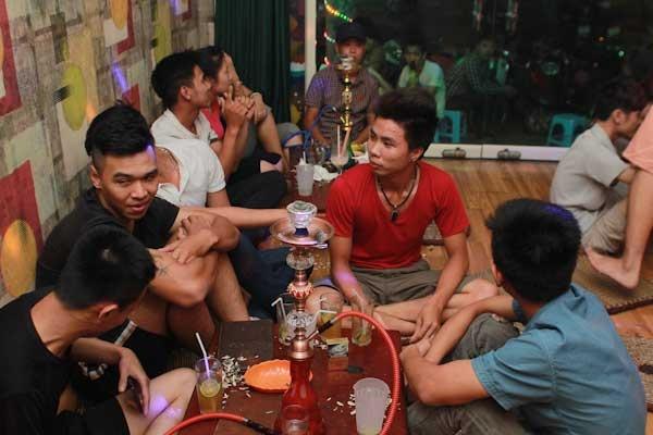 Khách đến quán rất đông, chủ yếu là học sinh, sinh viên và những người yêu thích DJ.