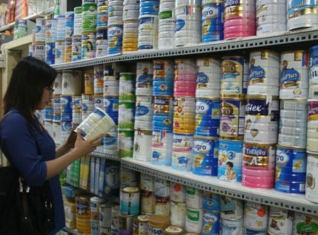 Dong loat giam gia ban le sua hinh anh 1 Nhiều mặt hàng sữa trên thị trường đã bắt đầu rục rịch giảm theo lệnh áp trần của Bộ Tài chính