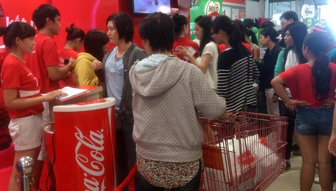 Xep hang cho in ten len lon Coca o Sai Gon hinh anh 1
