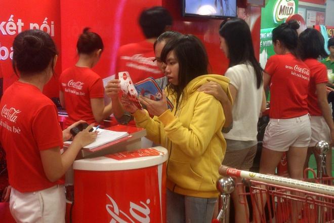Xep hang cho in ten len lon Coca o Sai Gon hinh anh 2