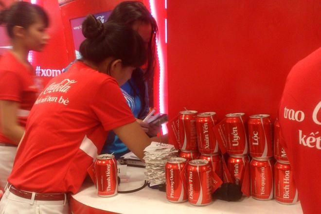 Xep hang cho in ten len lon Coca o Sai Gon hinh anh 6