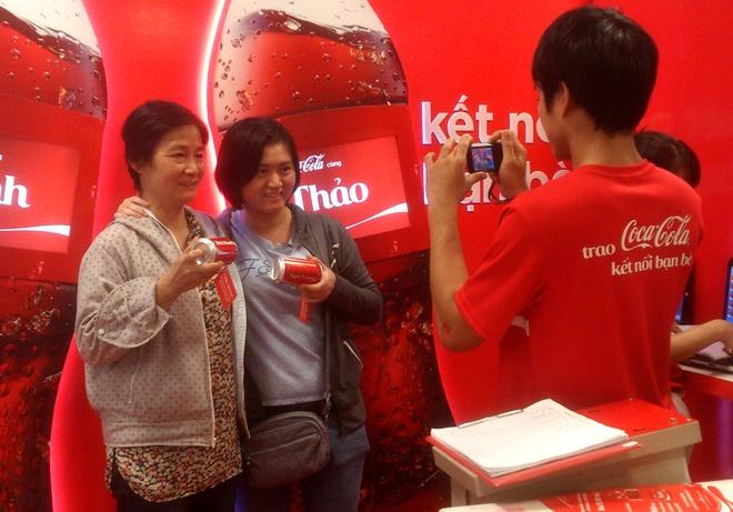 Xep hang cho in ten len lon Coca o Sai Gon hinh anh 9