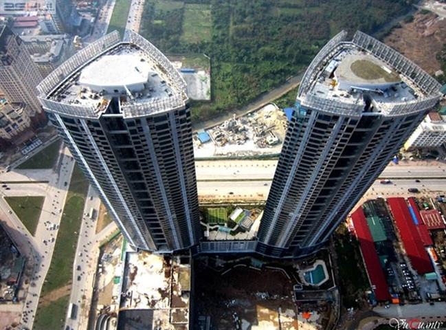 Viet Nam co bao nhieu bai do truc thang tren noc nha? hinh anh 2 Toà nhà Keangnam Landmark Tower, Hà Nội nhìn từ trên cao có thể thấy vị trí sân bay trực thăng đã được lắp đặt.