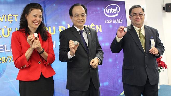 Intel Viet Nam se san xuat 80% chip may tinh the gioi hinh anh 1 Từ trái sang: bà Sherry Boger, Phó chủ tịch UBND TP.HCM Lê Mạnh Hà và giám đốc nhà máy C.T. Lau giới thiệu chip Haswell CPU tại buổi lễ ngày 29/7.