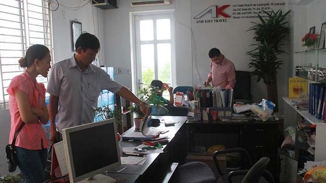 Du khach choi voi vi 'du lich lua' hinh anh 1 Khách mua tour đến văn phòng Công ty Anh Kiệt để khiếu nại nhưng không còn ai làm việc ở đây