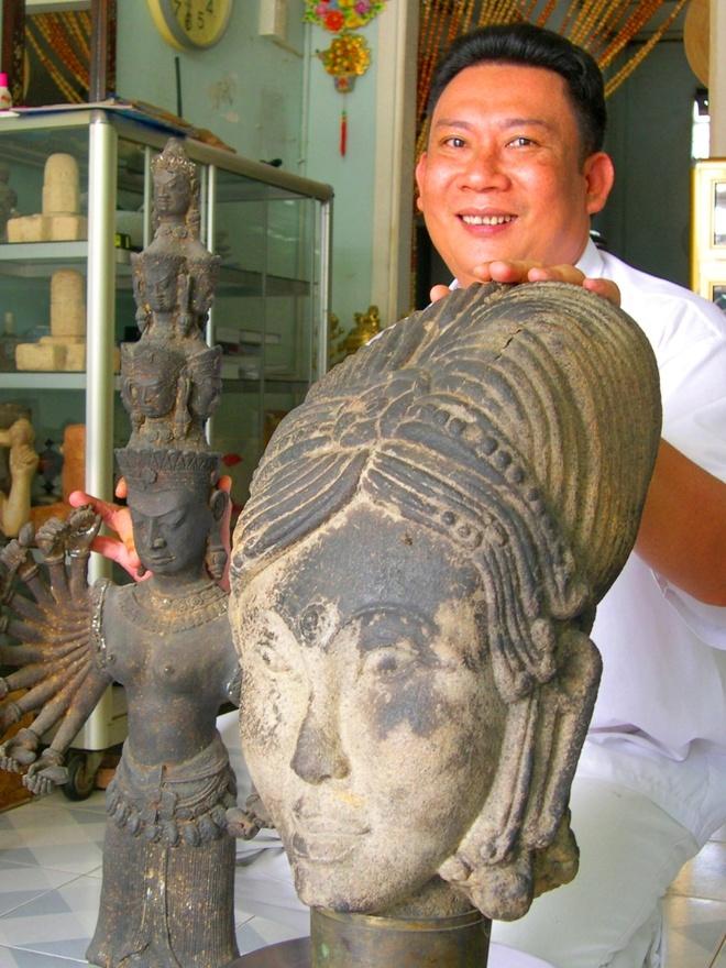 'Hai lua' mien Tay san co vat Oc Eo hinh anh 1 Anh Tạ Măn bên tượng Thủy Thần Inđu (Ấn Độ) thường thờ cúng trước khi đi biển.