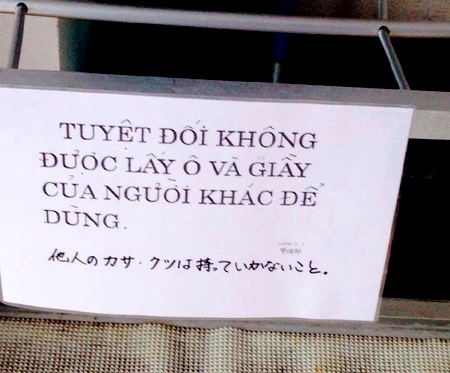 Sieu thi, cua hang Nhat canh bao 'cam nham' bang tieng Viet hinh anh 1 Bức ảnh cảnh báo không được lấy ô và giầy của người khác khiến cộng đồng mạng xôn xao