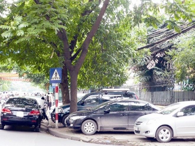 Ha Noi tang phi kinh doanh via he, long duong hinh anh 1 Mức phí cao nhất trông giữ xe ô tô trên vỉa hè, lòng đường sắp tới ở Hà Nội là 80 nghìn đồng/m2/tháng