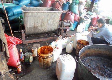 Hàng chục can nhựa cáu bẩn đựng hóa chất không rõ nguồn gốc xếp la liệt trong xưởng sản xuất.