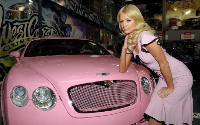 10 xe trieu do xin nhat Hollywood hinh anh 9 9. Paris Hilton  Người thừa kế chuỗi khách sạn Hilton Hotels - Paris Hilton đã tự tặng quà Giáng sinh cho mình là một chiếc Bentley GT Continental màu hồng - đúng gu của cô nàng là